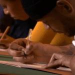 Deelnemers Groot Dictee aan het schrijven